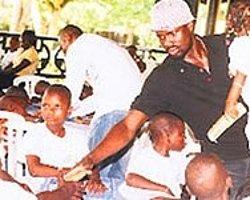 Eboue Yoksullara Yardım Eli Uzattı