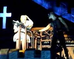 Lady Gaga Sahnede Başından Yaralandı