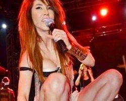 Hande Yener Sıkılan Seyirciyi Fırçaladı