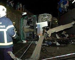 TIR'ın Çarptığı Otobüs Köprüden Düştü: 1 ölü