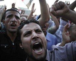 Mısırlı Generaller Tahrir Meydanı'nda Protesto Ediliyor