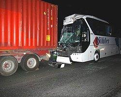 Yolcu Otobüsü TIR'a Çarptı: 39 Yaralı