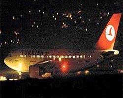THY Uçağına Bagaj Aracı Çarptı