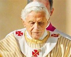 Papa 16. Benedikt Bulduğunu Kutsuyor