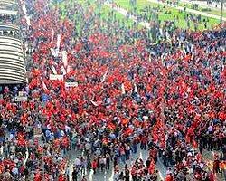 Atatürk Anıtı'na Çelenk Koyma Yasağı!