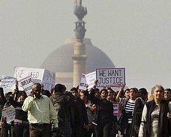 """Hindistan'da """"Otobüste Tecavüz"""" İsyanı"""