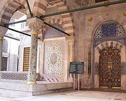 Ayasofya'da Bir Levha: 'Hırsız Louvre'