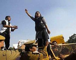 Tecavüz Sanıklarının Yargılanmasına Delhi'de Başlandı