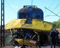 Tren İşçi Servisine Çarptı: 1 Ölü