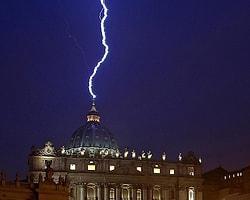 Papa'nın İstifasından Sadece Saatler Sonra Vatikan'a Yıldırım Düştü