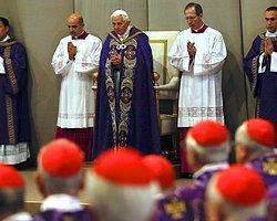 Papa 16. Benediktus Son Ayininde Alkışlarla Karşılandı