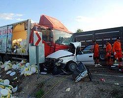 Kütahya'da Kamyonla Otomobil Çarpıştı