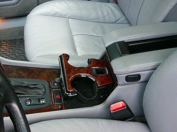 Держатели для стаканов в машинах.