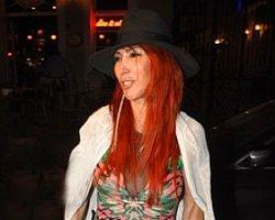 Hande Yener de Gece Şapka Takma Modasına Uydu!