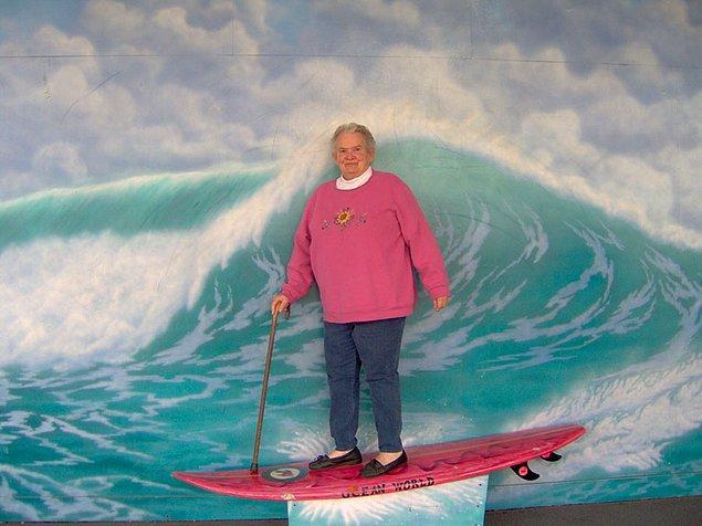 Bastonla sörf yapıyormuş gibi yapan teyze