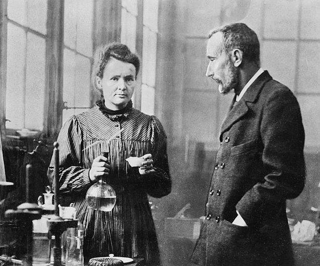Marie Curie'nin çalışma notları hala aşırı derecede radyoaktiftir. Bu yüzden özel izin, ve özel kıyafetlerle görülebilir
