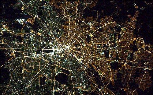 Berlin Duvarı yıkıldı ama, hala uzaydan bakınca Doğu Almanya ve Batı Almanya çok net bir şekilde fark edilebiliyor..