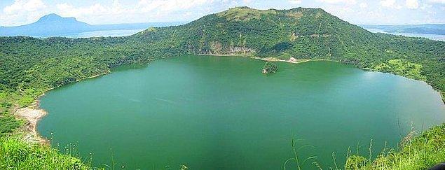 Pasifik okyanusundaki bir adanın içindeki gölün içindeki adanın içindeki gölün içinde bir ada daha vardır.