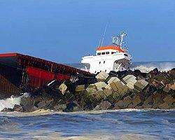 Kargo Gemisi Dalgakırana Çarpıp İkiye Ayrıldı