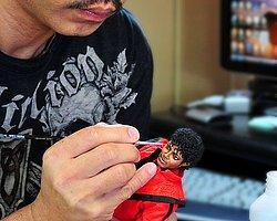 Sanatçı Noel Cruz sihirli dokunuşlarıyla oyuncaklara hayat veriyor.