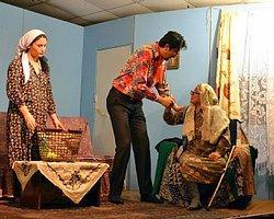 Tiyatro Oyunu İzleyicileri Duygulandırdı