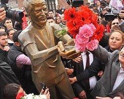 CHP Lideri Ali İsmail'in Heykeline Çiçek Koydu