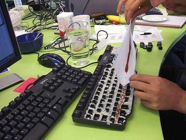 1. İş arkadaşlarınızın klavyesine çim ekin