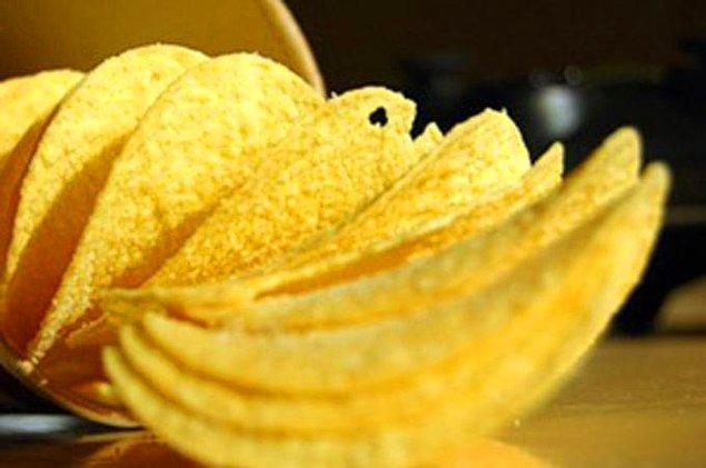 13. Bir Pringles alıp bütün hepsini tek tek yalayıp üstündeki çeşnisini bitirdikten sonra tekrar pakete koyup ardından kardeşinize ikram edin