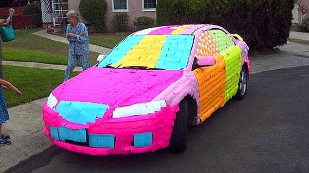 19. Babanızın arabasını yapışkan not kağıtlarıyla yeniden renklendirin