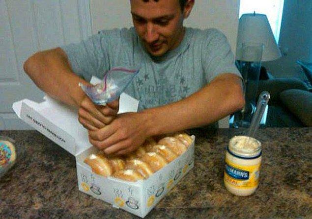 20. Bir paket Donut alıp içine mayonez doldurun