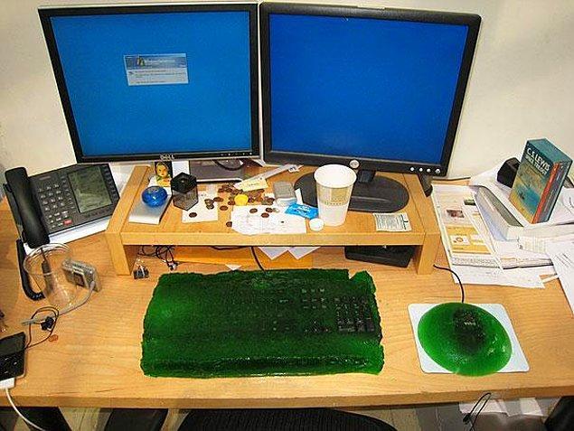 26. Arkadaşınızın çalışma masasındaki eşyaları jöle içinde muhafaza edip onun yüzyıllar sonra bile hatırlanmasını sağlayın