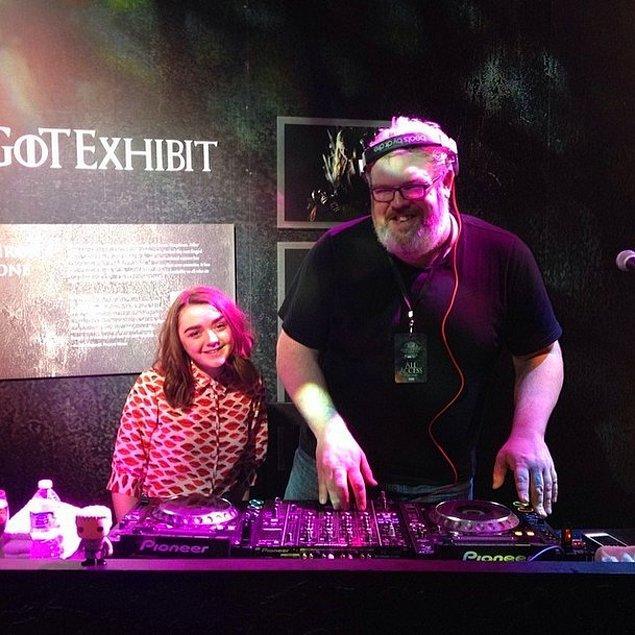 Arya ve Hodor DJ'lik yaparken