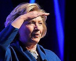 Clinton'a Ayakkabı Fırlatıldı