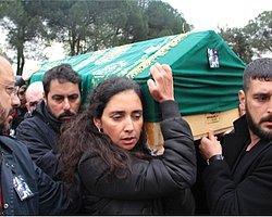 Cenazesini Eşi Omuzladı