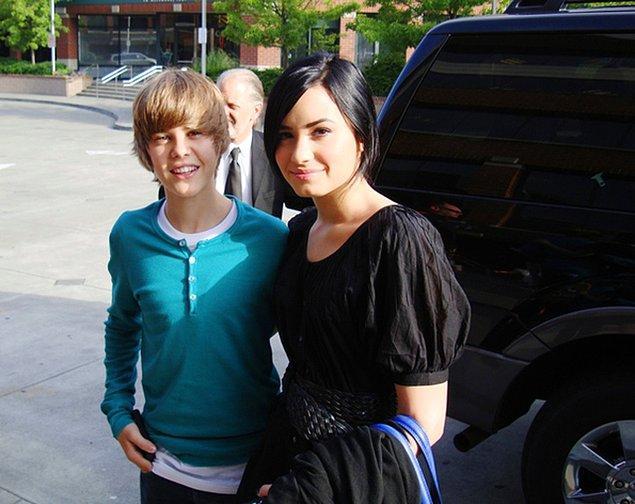Demi Lovato fanının yanında zoraki gülümsüyor pardon fan değil Justin Bieber'mış.