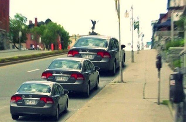 12. Bu üç otomobil farklı boyutlardaymış gibi gözüküyor, fakat gerçekte hepsi tam olarak aynı boyuttaki aynı aracın kopyasıdır