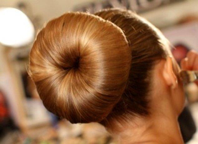 14-) Saçlarını topuz yaptırmış elti görünümlü süslü hanımlar.
