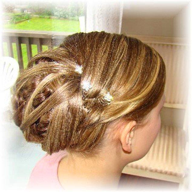 15-) Saçına sim boca etmiş, alüminyum folyo misali parlayan Pelinsu.