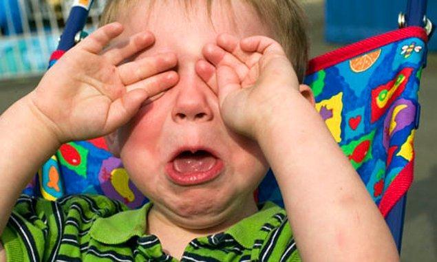 19-) Anne babasına balon aldırmak için saatlerce ağlayan afacan çocuklar.