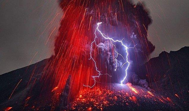 1. Bir yıldırım volkanik bir bölgeye düşüp toz bulutu yarattığında ortaya çıkan görüntüye ' volkanik yıldırım ' denir.