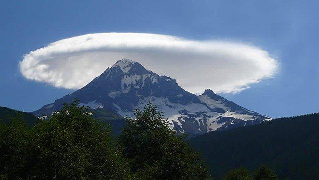 19. Olimpos Dağı üzerindeki merceksi bulutlar: Troposferde oluşan bu lens şeklindeki bulutlar dağların etrafında esen dikey rüzgarlar sonucu oluşuyor.
