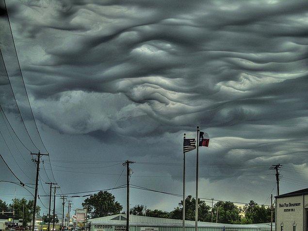 22. Undulatus asperatus: Cloud Appreciation Society ( Bulut Değerlendirme Kurulu ) adlı grubun önerisi ile yakın zaman içinde adlandırılmış ve Cenevre'de bulunan Dünya Meteoroloji Örgütü tarafından kabul edilmiş bir bulut türü. 1951 yılından sonra isimlendirilen ilk bulut tipi olarak kayıtlara geçmiştir.