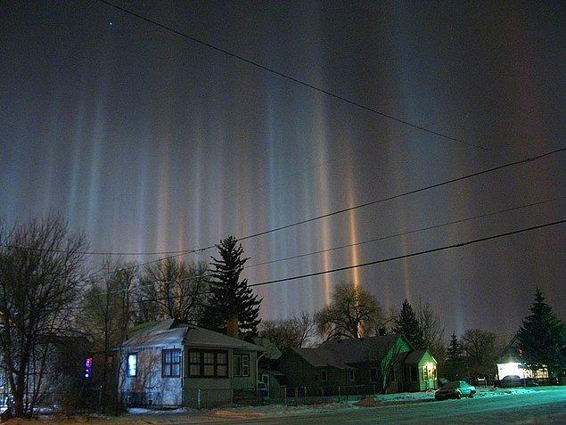27. Işık sütunları: Dünya'nın atmosferinde mevcut buz kristalleri tarafından güneş ışığı veya ay ışığının yansıması ile oluşan bir optik fenomendir.