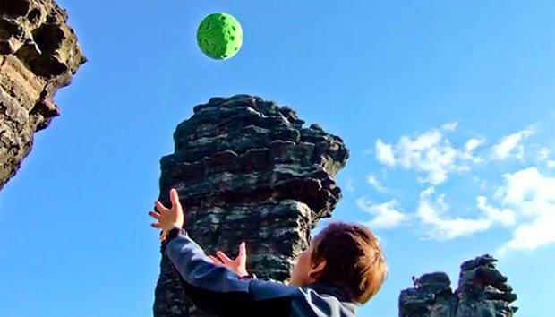 Plastik topun yamuk olup olmadığını havaya atarak kontrol etmektir.