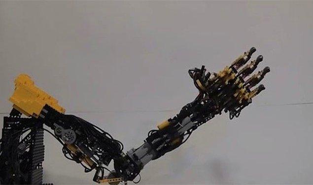 12. 1 tonluk fabrika robotunun kolunun kafasına düşmesi sonucu robotların öldürdüğü ilk insan olarak ölmek