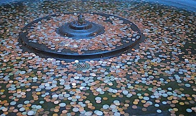 11. Küçük havuzlara bozuk para atmak