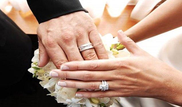 15. Evlilik yüzüğünü sol elimizin sondan bir önceki parmağına takmak