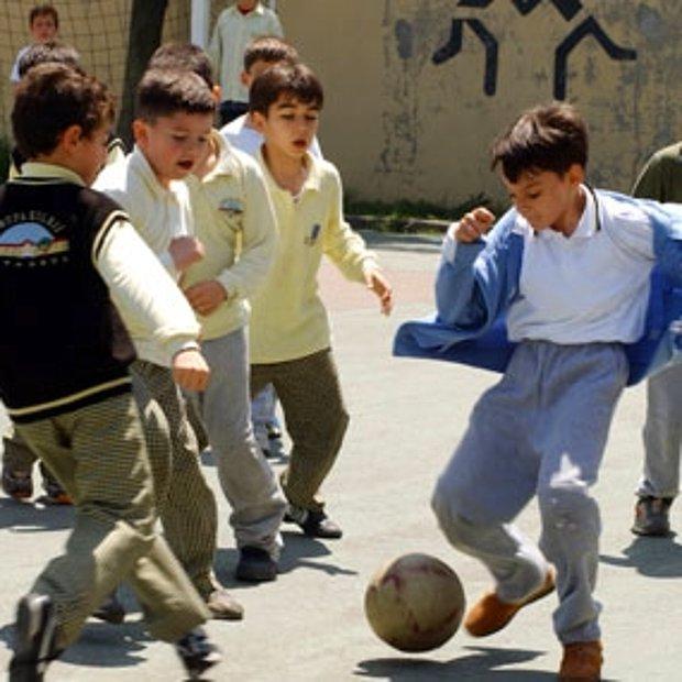 Okulun bahçesinde top oynamaktır.
