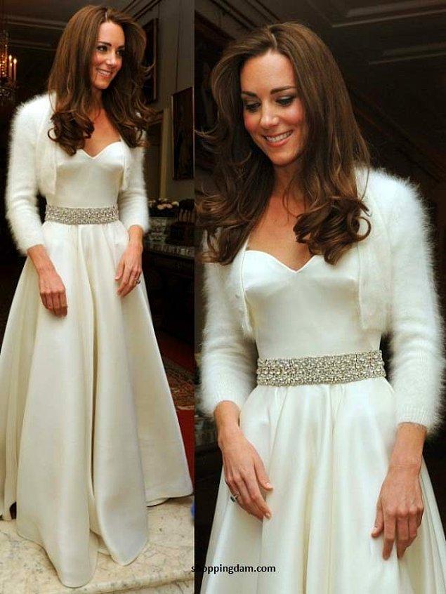 Kraliyet Düğünü sonrası kutlamada giydiği elbiseyi de unutmamak gerek.Beyaz elbisesi,gri kemeri ve yine beyaz kabarık ceketi ile çok şirin,şık ve asil görünüyor.