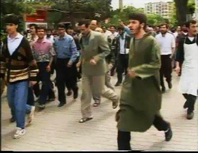 """6) Göstericiler """"Şeytan Aziz"""", """"Sivas Aziz'e mezar olacak"""" sloganları atarak otel önüne geldi"""